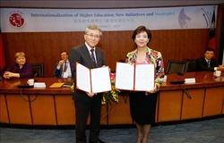 Photo 2: (from left) Dr. Nakano and TKU President, Dr. Flora C.I. Chang at the signing ceremony<br><br><br>