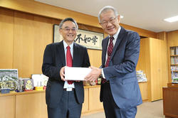 Photo 1: (from left) Dr. Sheng-Ching Cheng, IRTI Information and Communications Lab and President Fukuda