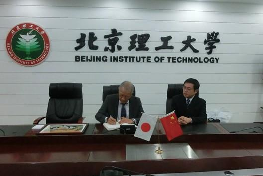 Fig.2 Signing of the General Agreement by Prof. Hu and Prof. Fukuda