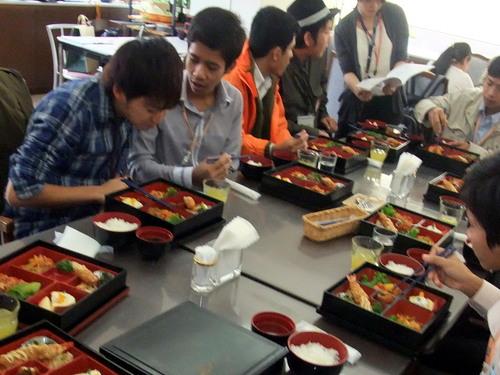 お弁当を食べながら本学学生と懇談