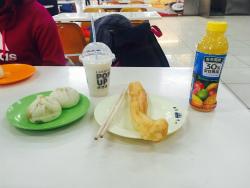 中国の一般的な朝ごはんです。中華まん2つで40円、豆乳40円、油条(揚げパン)20円くらい、ジュース70円。留学生はこの価格の1.2倍で購入できます。